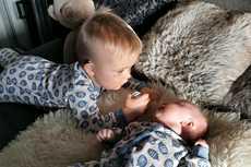 Isovelilauman ja vauvan kanssa arkea pyörittäessä aikaa ei ole liikaa, joten toimivat ja helppokäyttöiset lastentarvikkeet ovat ehdoton juttu.