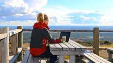 Elisan verkko toimii koko Levin keskuksen alueella. Se mahdollistaa sujuvan etätyöskentelyn kaikissa mökeissä.