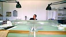 Teollinen muotoilu on Genelecille väline kaiuttimien akustisen suorituskyvyn parantamiseen. Kuvassa muotoilija Harri Koskinen.