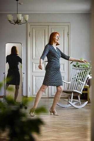 """Argentiinalaisesta tangosta on tullut Leila Simosen intohimo vasta kypsemmällä iällä. """"Argentiinalainen tango on maailman vaikein paritanssi. Koskaan ei ole valmis, ja sehän siinä on niin fantastista!"""" Simonen kuvattiin Helsingin Arabiassa Kaffila Bokvillanissa, missä hän käy tanssimassa."""