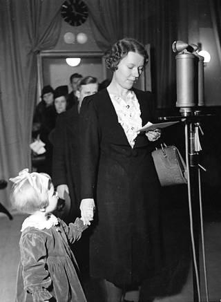 Joulukuussa 1942 ihmiset saivat ensimmäistä kertaa mahdollisuuden lähettää radion kautta joulutervehdyksensä ulkomailla oleville sukulaisille. Jono Yleisradion Fabianinkadun studioon ulottui kadulle saakka.
