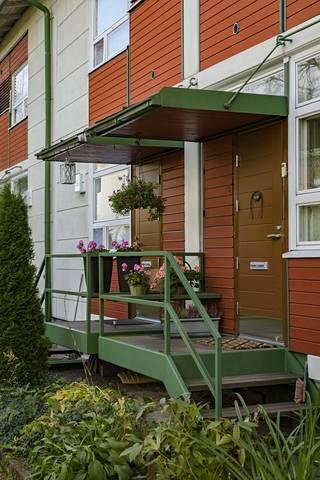 Talot ovat kaksikerroksisia, osin puurakenteisia taloja. Kuvan talo sijaitsee Vaaralassa.