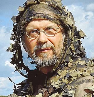 Luontokuvaaja Jorma Luhta on pukeutunut maiseman väreihin.