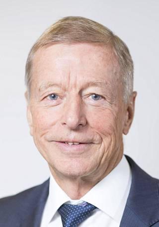 Jukka Roiha toimi Lindströmin hallituksen puheenjohtajana vuosina 1985–1991 ja jälleen 2008–2017. Välissä hän oli yhtiön toimitusjohtajana.