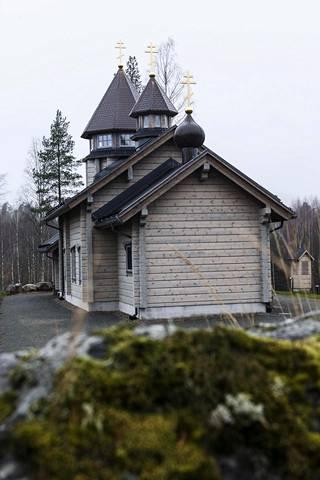 Konstantin Gološtšapovin rakennuttama Kristuksen kirkastumisen kirkko sijaitsee Tahko-Toursin lomakylän korkeimmalla kohdalla.