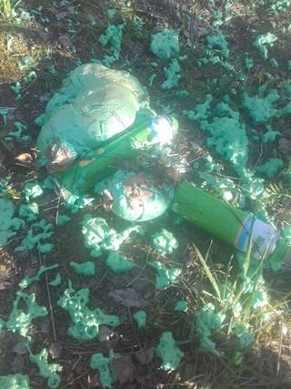 Tyhjät purkit löytyivät sotketun metsän luota.