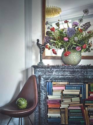 Värien paluusta sisustukseen on puhuttu, ja vähitellen se alkaa näkyä kodeissa. Kukat, kotoisuus sekä materiaalien ja värien kikkaileva yhdistely kuuluvat nyt sisustustrendeihin.