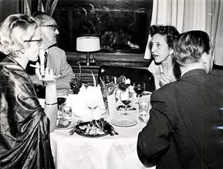 Vuonna 1959 ravintoloiden pukukoodit olivat huomattavasti nykyistä tiukemmat. Miesten piti pukeutua pukuun ja kravattiin päästäkseen ravintolaan sisään.