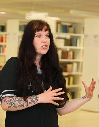 Sosiaalipsykologiaa opiskeleva Silja Seppälä kantaa huolta siitä, miten käy opetuksen laadun, jos opiskelijoiden määrä kasvaa. Hän on nauttinut erityisesti pienryhmäopetuksesta.