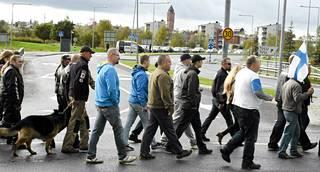Ihmisiä saapumassa Rajat kiinni! -mielenosoitukseen Tornion matkakeskuksen edustalla lauantaina 19. syyskuuta 2015.