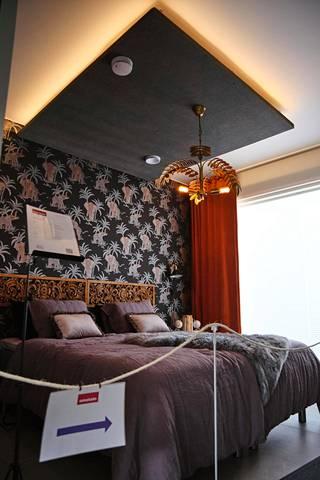 Makuuhuoneessa akustiikkalevyn  ja katon välissä on valot.