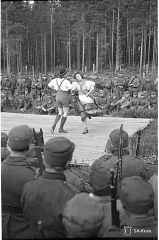 """Greta Nieminen ja Nella Salo esittivät sotilaille tanssia """"siellä jossakin"""". Tanssiesitykset olivat sota-aikana sallittuja, paritanssit eivät."""