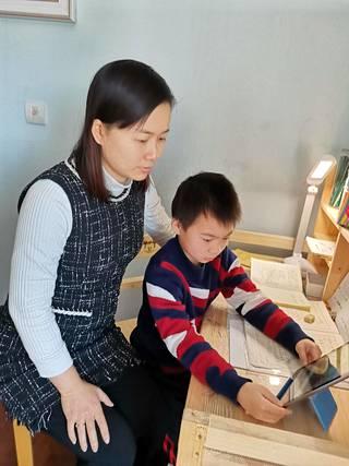 Ouyang Wein poika saa karanteenista huolimatta käyttää tablettia, mutta vain 30 minuuttia kerrallaan.