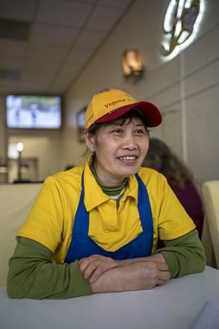 """Ravintolayrittäjä Tina Tran uskoo luonnon kunnioittamisen ja rauhan olevan avain onneen. """"Tämä maapallo tulisi kuin paratiisiksi."""""""