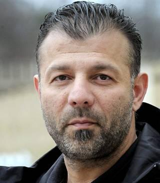 Rami Adham on suurperheen isä, joka pitää Helsingissä lisäravinnekauppaa. Adham toimii myös Suomi–Syyria-yhteisön nokkamiehenä.