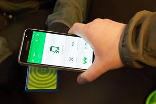 Konduktöörit tarkastavat nykyisin matkaliput kännykkäapplikaatiolla.