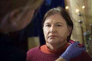 Marianne Kolkka meikattavana Salasalongissa.