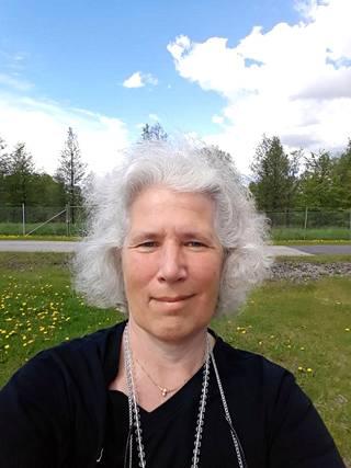 Githa Öhquist asuu edelleen Vantaalla. Kuva on otettu hänen nykyisen kotinsa pihalla Sotungissa.