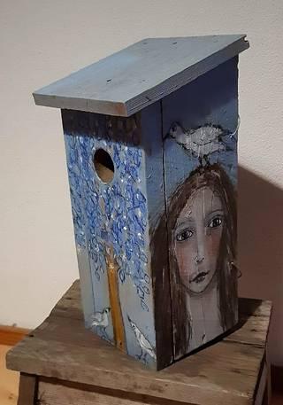 Hannele Salmela maalaa linnunpönttöjä.