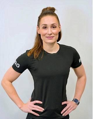 Strength Fysion fysioterapeutti Sanna Aro kannustaa luomaan etätöihin rutiineja. Ne ovat tärkeitä sekä kehon että mielen kannalta.