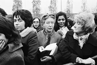 Vuonna 1972 de Beauvoir toimi todistajana oikeusjutussa, jossa teini-ikäistä raiskauksen uhria syytettiin laittomasta abortista.