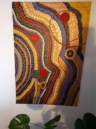 Helsinkiläisellä Katri Ketosella on poikkeusaikoihin sopiva harrastus. Tällainen akryyliväreillä toteutettu taideteos syntyy vanhasta pahvilaatikosta noin kuukauden työllä.