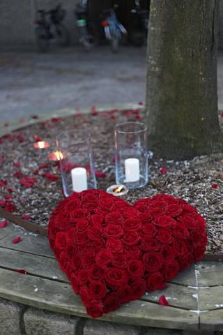 Ruusuista tehty sydän Vetlandin keskustassa.