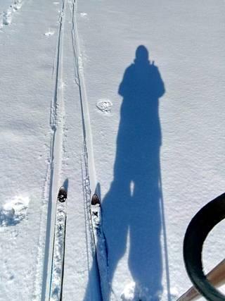80-vuotias Sirkka Ikonen käy hiihtämässä Kiiminkijoella. Hän kertoo, että heillä karanteenia noudatetaan tarkasti, mutta onneksi suksille pääsee kohtaamatta muita ihmisiä.