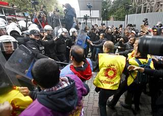 Turkin pääkaupungissa Ankarassa järjestettiin tiistaina mielenosoitus presidentti Recep Tayyip Erdogania ja hänen hallintoaan vastaan. Poliisi pysäytti mielenosoittajien etenemisen.