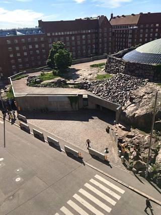 Temppeliaukion kirkon edustalla näkyi myöhään maanantai-iltapäivänä betoniesteitä.