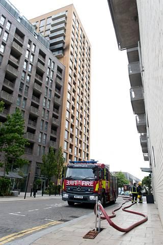 Lontoon Lewishamissa sijaitsevassa tornitalossa syttyi tulipalo varhain torstaiaamuna.