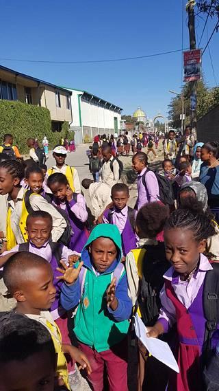 Meteli on kova, kun lapset pääsevät Gergin koulusta iltapäivällä. Koulussa opetetaan lapsia kahdessa vuorossa.