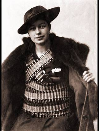 Teekkari Verna Erikson ryhtyi maanalaiseksi taistelijaksi ja salakuljetti aseita valkoisille. Hänet palkittiin toiminnastaan lopulta Vapaudenristillä.