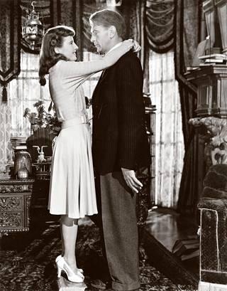 Jään tänne yöksi -komedian pääosissa ovat Barbara Stanwyck ja Gary Cooper.