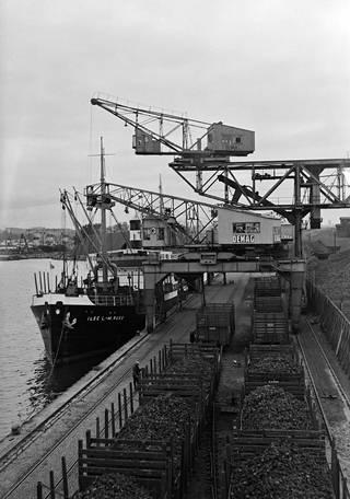 Jätkäsaaren laituriin on kiinnittynyt hiililaiva S/S Ilse L.-M. Russ vuonna 1934.