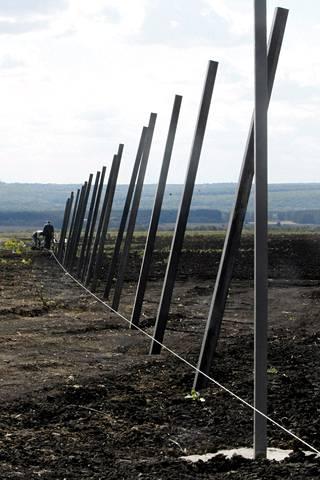 Uuden sotilastukikohdan rakennustyömaan ympärille rakennetaan aitaa.
