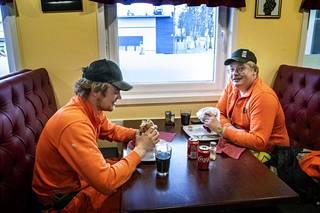 """Tommi Hosionaho (vas.) ja Jere Tölli söivät """"Kivistöateriat"""" lounastauollaan."""