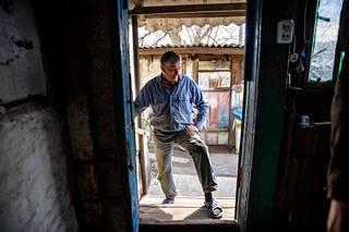 """Sota sai Romanin jättämään työnsä hiilikaivoksella ja muuttamaan vaimonsa kanssa edesmenneiden vanhempiensa taloon Zoloteen. """"Täällä meillä on maata. Tulemme sillä toimeen"""", sanoo Roman, joka ruokkii kanojaan valkosipulilla vitamiinien tähden."""