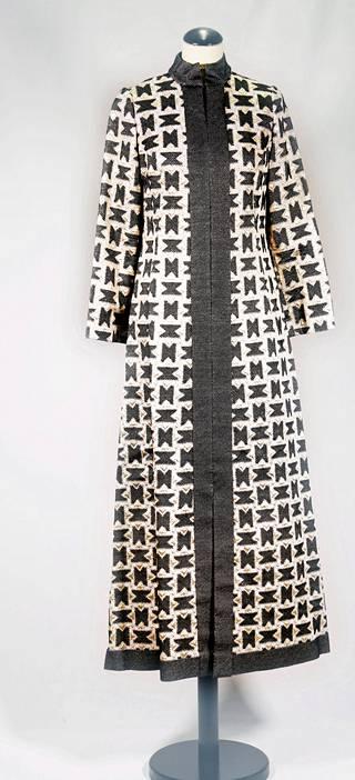 Ateljeekäsityötä. Riitta Immonen Sport -malliston iltapuku oli Linnan juhlissa Irma Warraksen yllä vuonna 1969 tai 1970. Immosen vaatteissa kaikki oli laadukasta: suunnittelu, materiaalit ja työn jälki.
