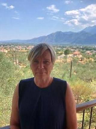 Anneli Lehto-Koutsovitis kotinsa terassilla Kreikan Spartassa.