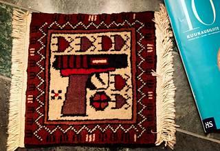 Kaius Niemi osti 23 vuotta sitten matkamuistoksi tämän maton.