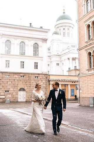 Petra ja Marco Syväntö viettivät häitään koronavirusepidemian hiljentämässä Helsingissä.