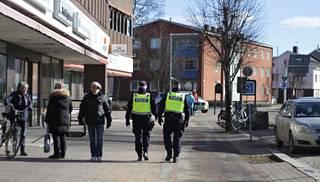 Poliisit partioivat näkyvästi Vetlandan keskustassa.