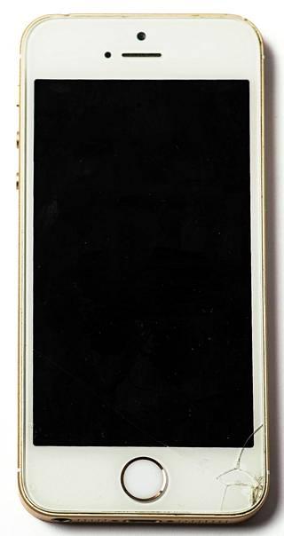 Iphone SE:ni on ottanut iskun oikeaan alakulmaan.