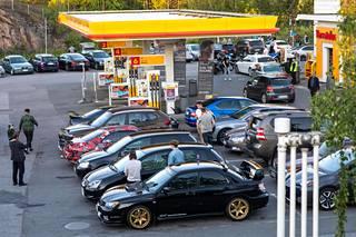 Autoharrastajat kokoontuvat perjantai-iltaisin sankoin  joukoin Ruskeasannan Shellille.
