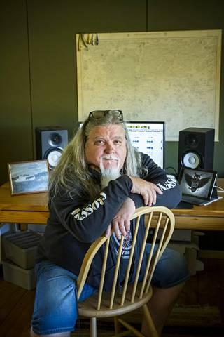 """""""Tuottaja tekee työtään aina artistille"""", sanoo musiikkia neljäkymmentä vuotta äänittänyt ja tuottanut sekä itsekin esittänyt Hannu Leidén. Etäyhteyden ansiosta hän voi tehdä mieluisaa työtään nyt myös kesämökiltä Nauvon Högsarista."""