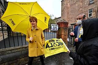 Skotlannin pääministeri ja SNP:n johtaja Nicola Sturgeon tapasi äänestäjiä Glasgow'ssa Skotlannissa 6. toukokuuta 2021.