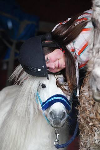 Nuori omistaja on kasvanut poniensa kanssa.