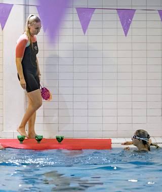 Espoon uimatunnit saivat alkunsa merenneitouintia opettavan Maija Möttönen, 28, innostuksesta.