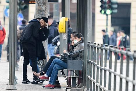 Nainen käytti hengityssuojainta Torinossa sunnuntaina.